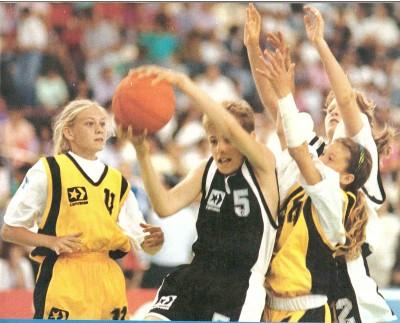 Ho fornito loro delle idee-partita da sfruttare al meglio in partita (cassetto della memoria): 1) Se hai la palla in mano e non hai un difensore davanti, vai a canestro per la via più breve e con la mano forte. 2) Se hai la palla in mano e hai un tuo compagno libero vicino al canestro avversario DEVI passargli la palla. 3) Se sei vicino al canestro non palleggiare tira subito. 4) Se hai la palla in mano e hai un difensore davanti cerca di batterlo in palleggio (da dx o da sx). 5) Se non hai la palla in mano, muoviti e trova uno spazio per riceverla (dove non c'è il difensore). 6) Se non sei in attacco, attacca chi sta attaccando e mettilo in difficoltà.